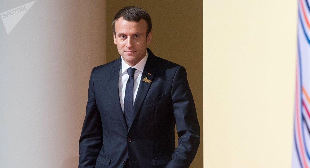 Macron se fait insulter par son garde du corps —