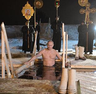 Poutine se baigne dans le lac Seliger à l'occasion de la Théophanie