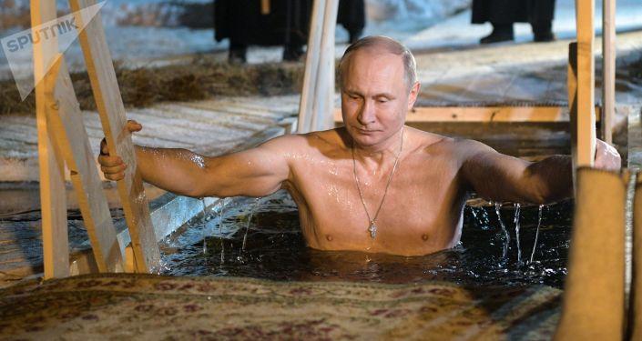 Baignades de Théophanie: Poutine donne l'exemple