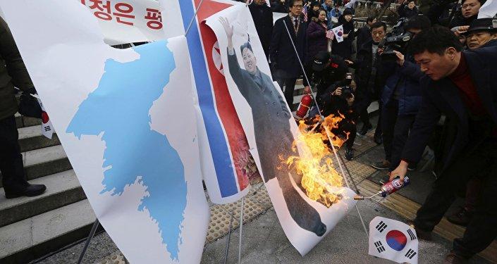 Les activistes nord-coréens brûlent un portrait de Kim Jong-un et des drapeaux nord-coréens