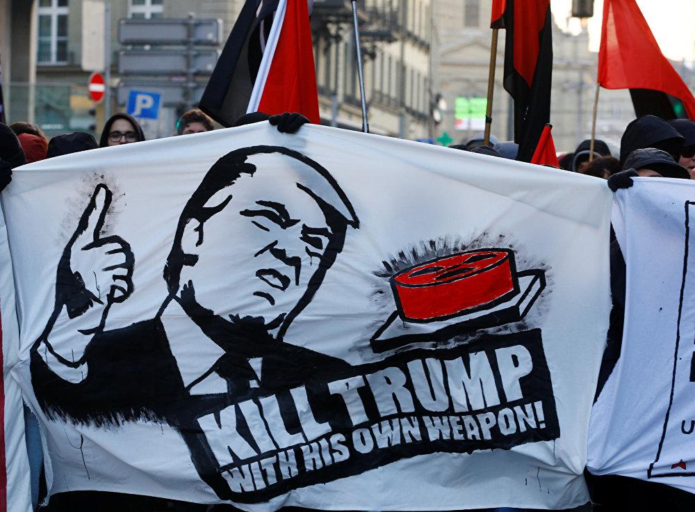 Les manifestations contre la participation de Donald Trump à Davos 2018 dans la ville de Berne, en Suisse, le 13 janvier 2018