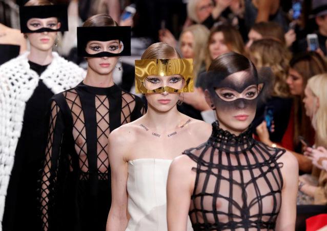 Fashion week à Paris: surréalisme, espace et fantaisies féminines