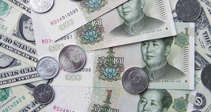 un mélange de dollars et de yuans