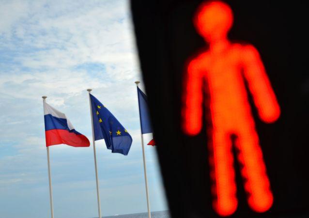 Les drapeaux russe et de l'UE