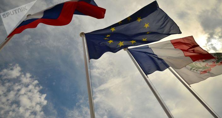 Les drapeaux russe, français et de l'UE
