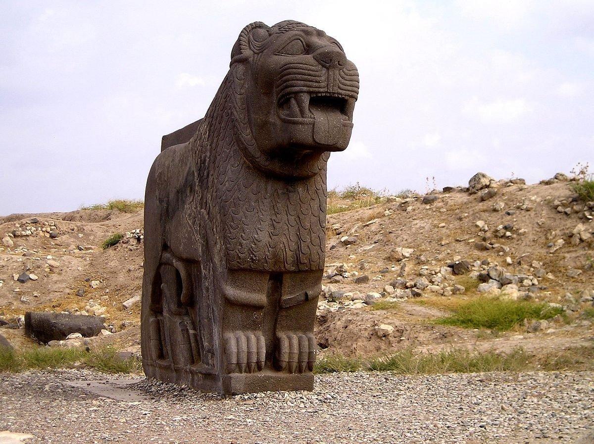 Énorme lion en basalte, temple d'Aïn Dara