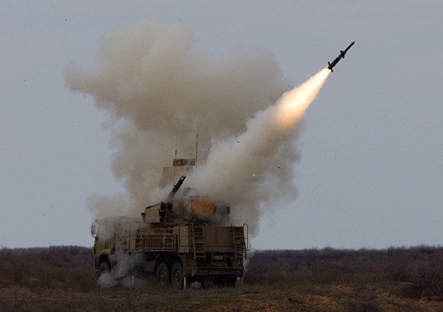 Un complexe Pantsir-S tire un missile sol-air