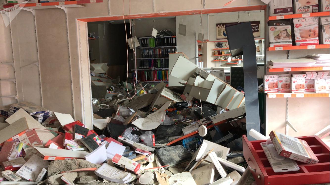 Последствия взрыва в подвале жилого дома на улице Диляры Алиевой в Баку