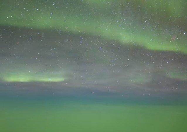 Vol à travers l'aurore boréale