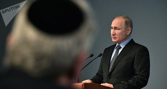 Poutine appelle à empêcher fermement les tentatives de nier la Shoah