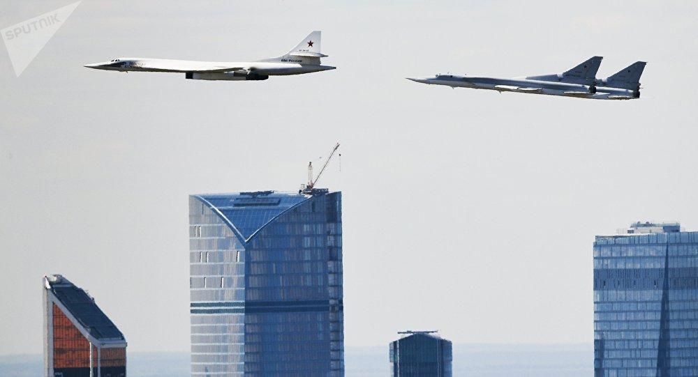 Un bombardier stratégique russe Tu-160 escorté par des avions sud-africains - vidéo