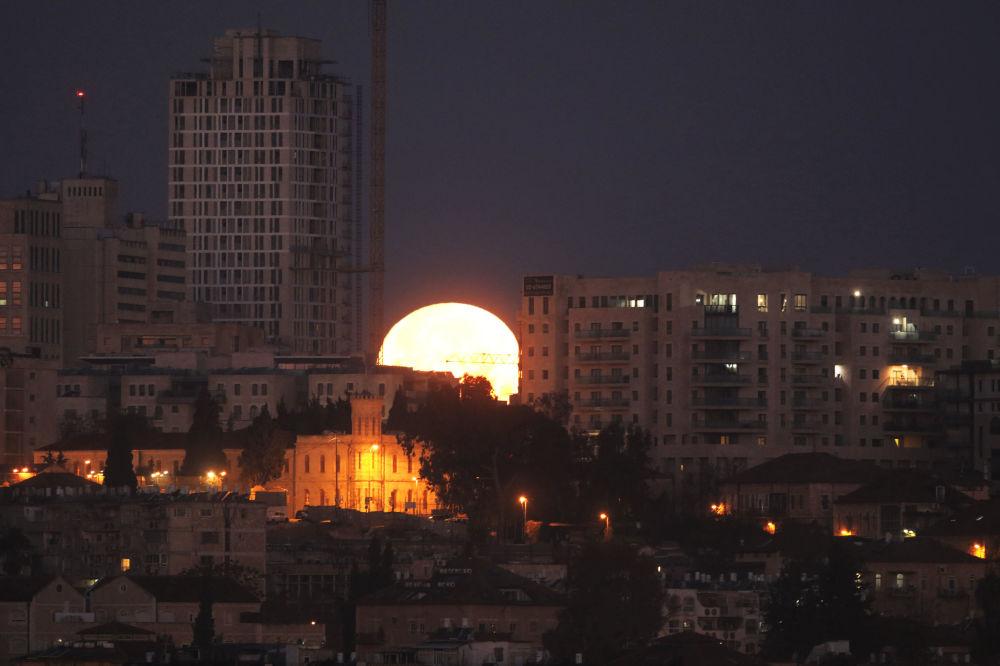 L'éclipse de la Super lune dans différents pays du monde