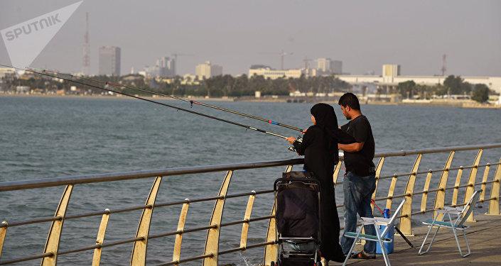 Couple saoudien péchant sur la plage de Djeddah