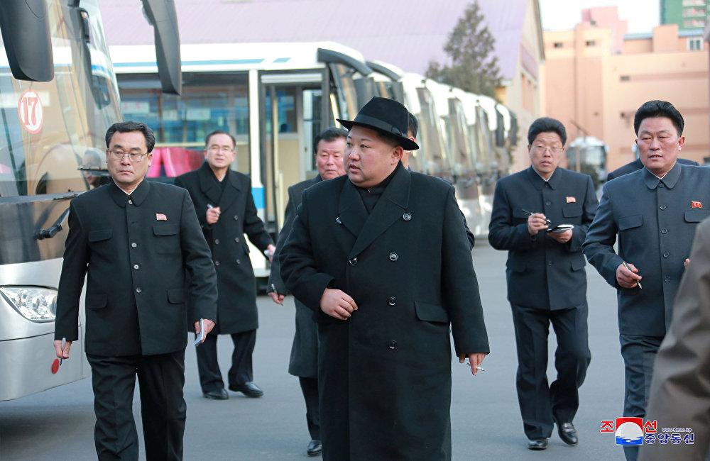 Kim Jong-un en visite à l'usine de trolleybus à Pyongyang
