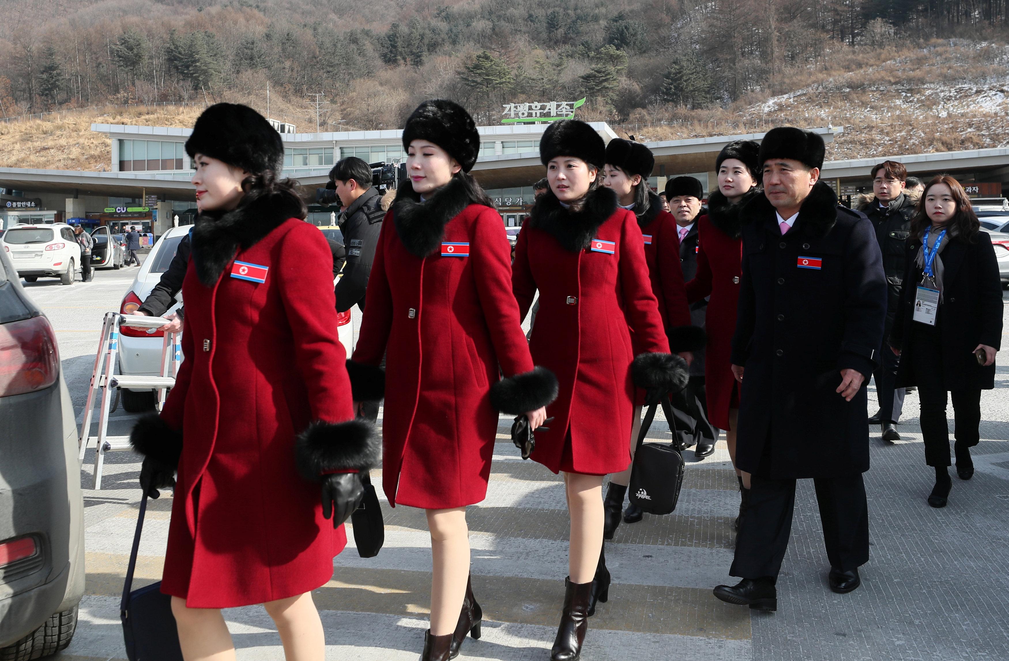 Des pom-pom girls nord-coréennes arrivent en Corée du Sud