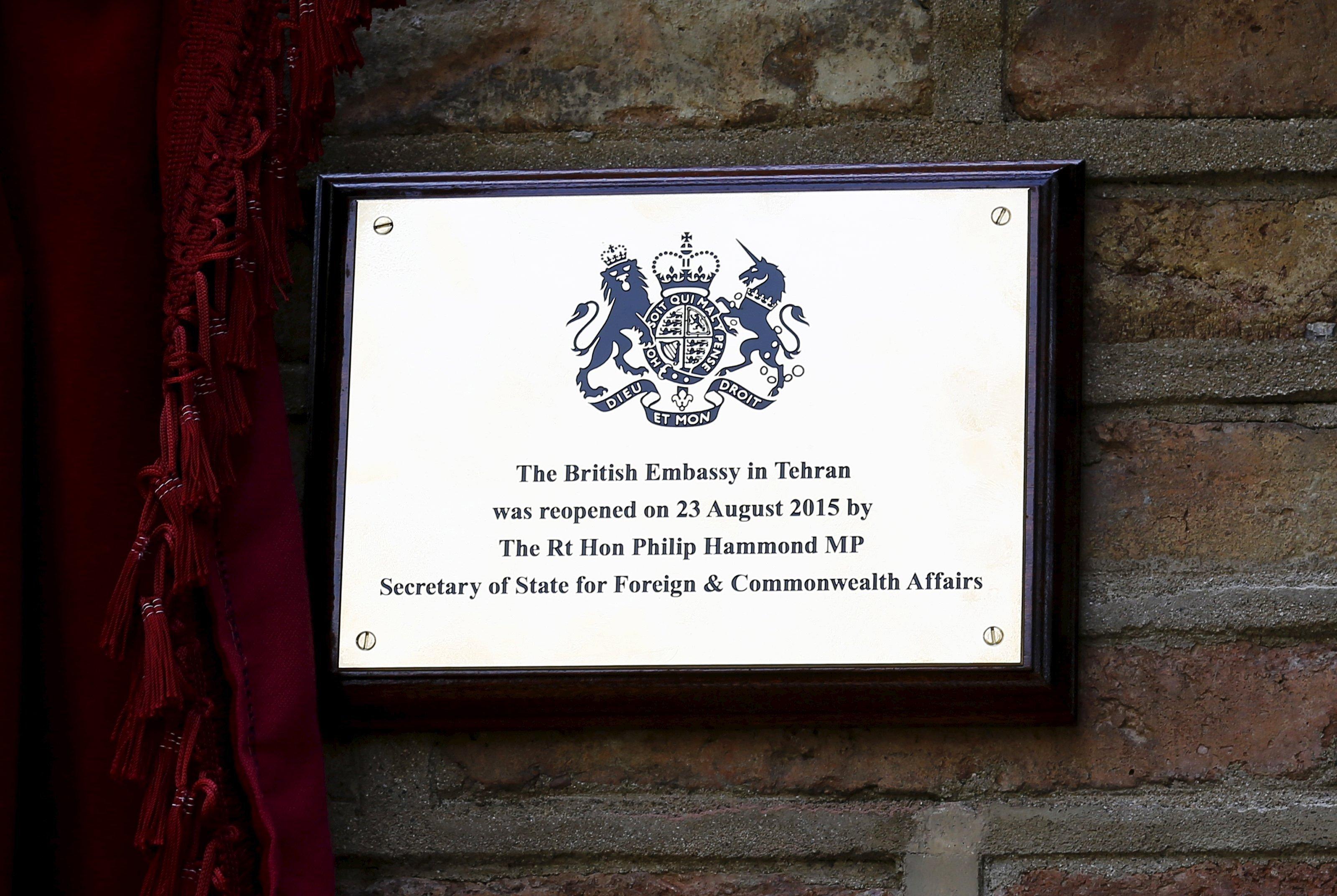 La plaque commémorant la réouverture de l'ambassade du Royaume-uni à Téhéran en 2015