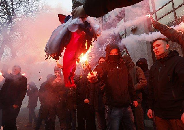 Des radicaux ukrainiens brûlent le drapeau russe saisi au siège de l'agence culturelle russe Rossotroudnitchestvo