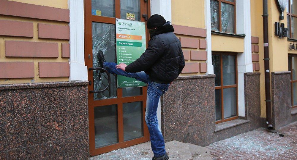 lorsque la porte d une banque russe devient un pi ge pour un extr miste ukrainien sputnik france. Black Bedroom Furniture Sets. Home Design Ideas