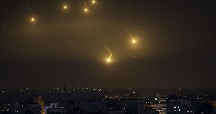 Roquettes dans le ciel d'Israël. Image d'illustration