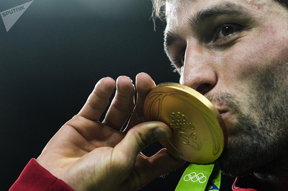 Jeux olympiques d'été de 2016. Soslan Ramonov, médaille d'or en lutte libre