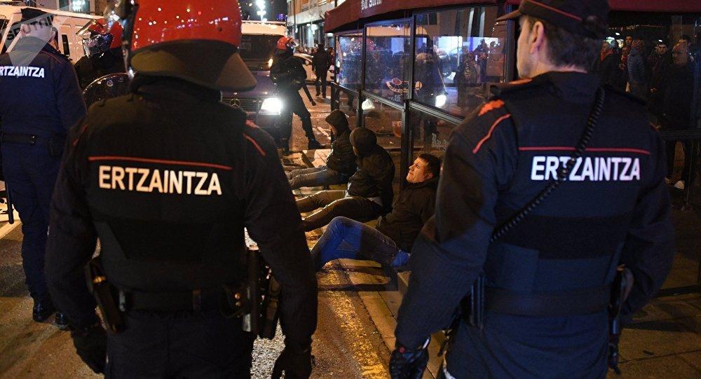 La police à Bilbao lors des heurts entre supporters