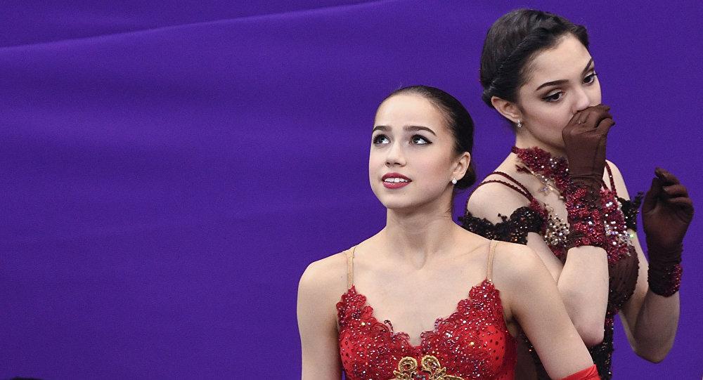 Alina Zagitova (à gauche) et Evgenia Medvedeva