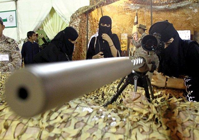 Des femmes saoudiennes essayant des armes dans une exposition, image d'illustration