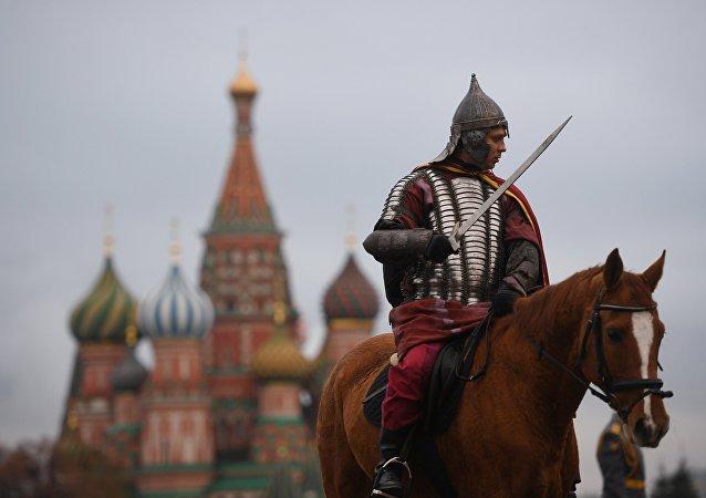 Un pratiquant de reconstitution historique sur la place Rouge à Moscou