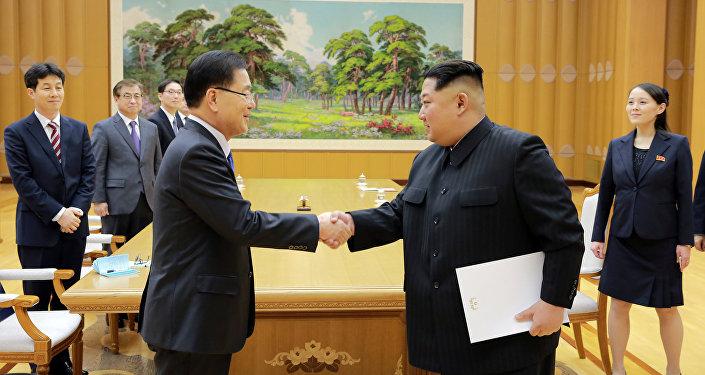 Le leader nord-coréen Kim Jong-Un (à droite) reçoit l'émissaire sud-coréen Chung Eui-ong lundi à Pyongyang
