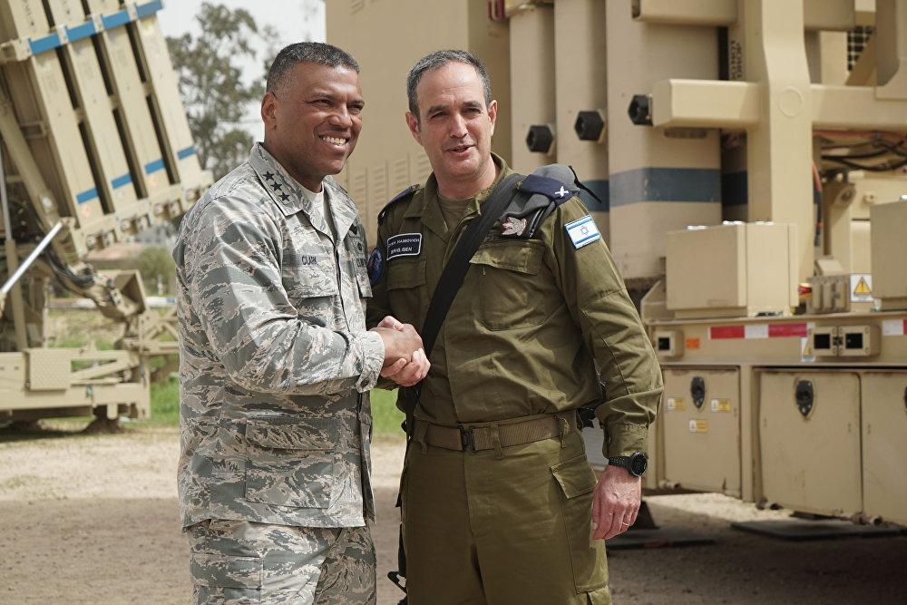 Le général de brigade Zvika Haimovich, commandant de la défense antiaérienne d'Israël avec son collègue américain pendant les exercices antiaériens Juniper Cobra 2018