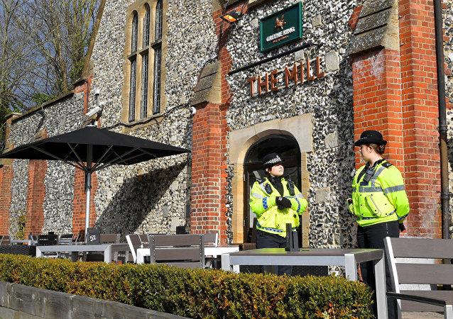 La police britannique sur les lieux où Sergueï Skripal et sa fille, Ioulia, ont été retrouvés après l'empoisonnement