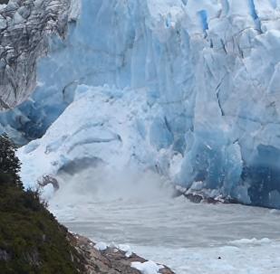 L'effondrement à couper le souffle d'une arche de glace