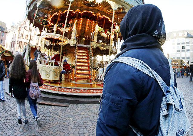 Une musulmane dans un marché de Noël en Allemagne