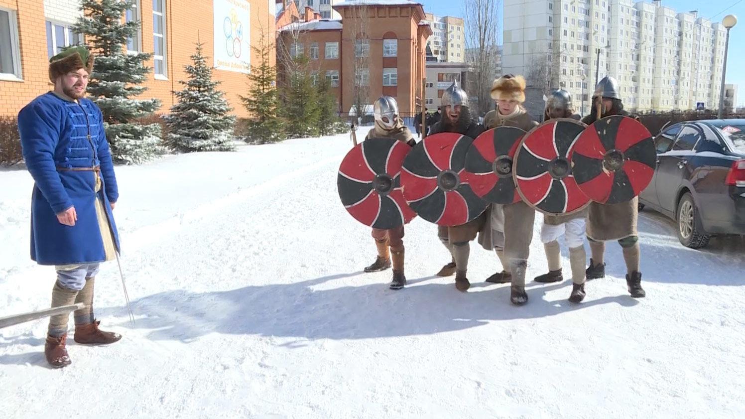 A Lipetsk, des frères jumeaux sont venus se prononcer en armures de guerriers russes
