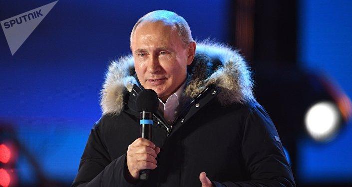 Poutine prend la parole devant la foule en liesse
