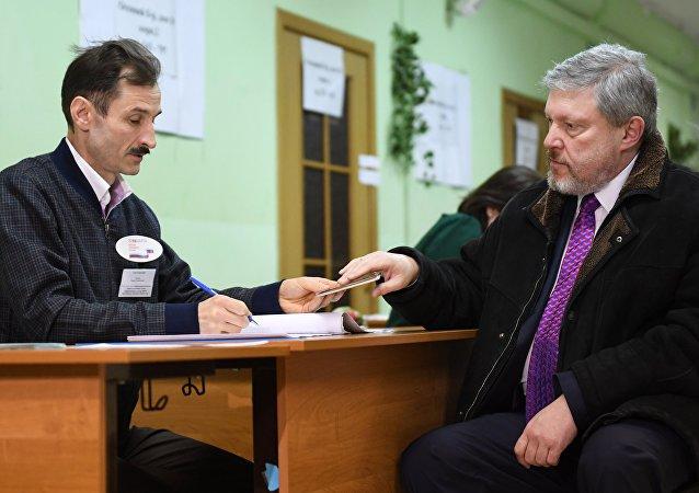 Le dirigeant du parti Iabloko Grigori Iavlinski vote à Moscou