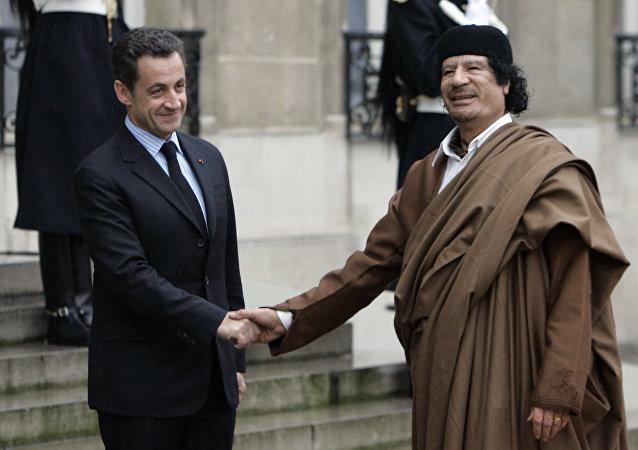 les présidents Nicolas Sarkozy et Mouammar Kadhafi à l'Élysée