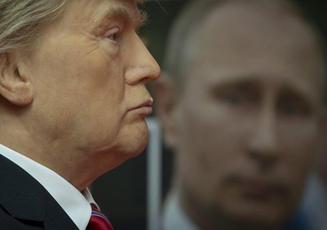 Donald Trump et un portrait de Vladimir Poutine