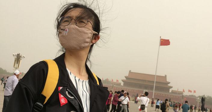 Une jeune fille porte un masque contre la pollution à Pékin