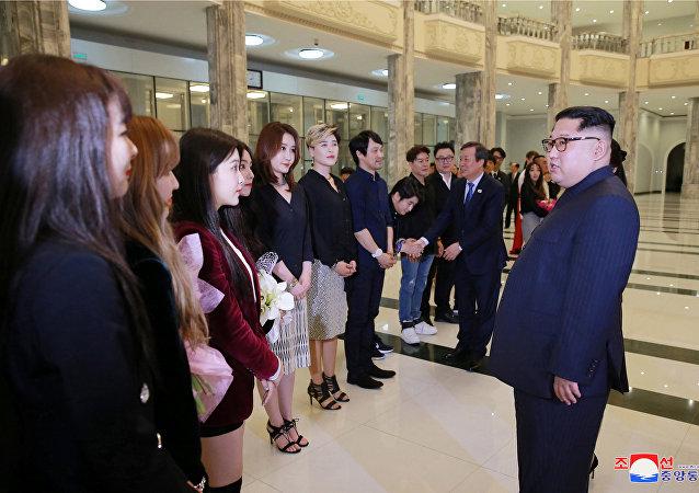 Kim Jong-un avec les chanteuses sud-coréennes
