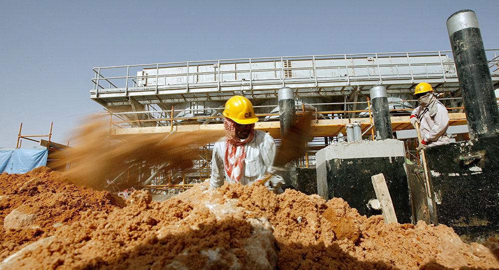 Des ouvriers sur une installation de Saudi Aramco
