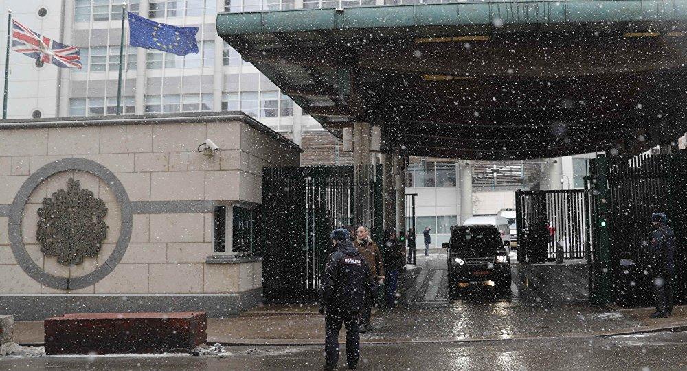 Des véhicules quittent l'ambassade britannique à Moscou