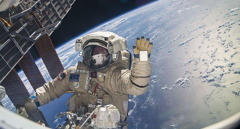 Sergeï Ryazansky pendant sa première sortie de l'ISS Expedition 37, novembre 2013