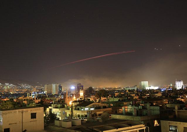la coalition a lancé plus de 100 missiles de croisière et missiles sol-air depuis deux navires américains positionnés dans la mer Rouge