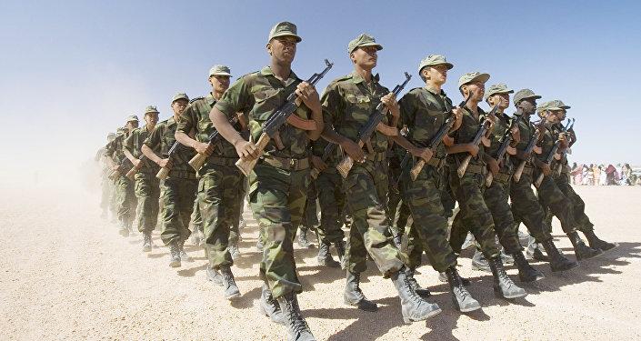 Des soldats du Front Polisario en parade au village de Tifariti aun Sahara occidental