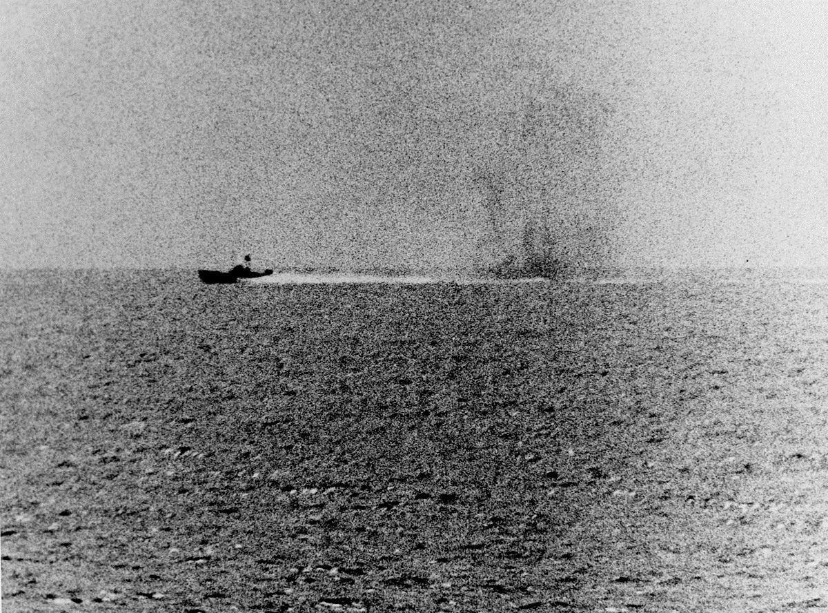 Une vedette vietnamienne cherche à éviter le feu du navire USS Maddox (2 août 1964)