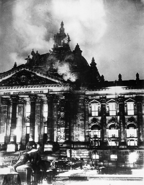Les pompiers luttent contre les flammes au palais du Reichstag, à Berlin (archive photo)