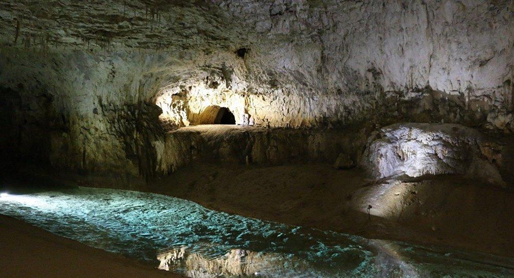 Huit spéléologues coincés dans une grotte depuis mardi matin — Drôme