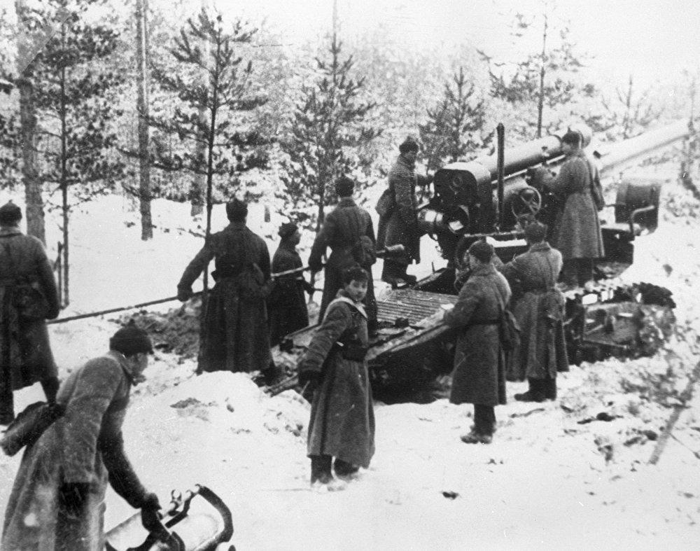 Guerre soviéto-finlandaise de 1939-1940. Des soldats de l'Armée rouge tirent sur des fortifications finlandaise en Carélie (archives photo)