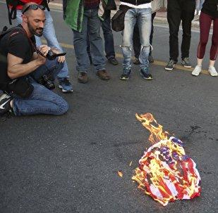 Des manifestants avaient brûlé un drapeau américain à l'extérieur de l'ambassade des États-Unis à Athènes, le vendredi 13 avril 2018, lors d'un rassemblement contre une éventuelle intervention militaire occidentale en Syrie